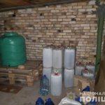В двух гаражах Кривого Рога мужчина изготовлял и продавал фальсифицированный алкоголь
