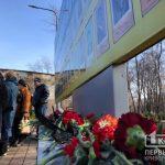 Бої під Дебальцевим згадують криворіжці, покладаючи квіти до меморіального комлексу