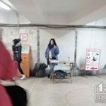 Средний палец и мат: в Кривом Роге агрессивная женщина продает сигареты без акцизных марок