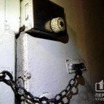 В Кривом Роге спасатели открыли двери бензорезом, чтобы полицейские зашли в квартиру, откуда доносился трупный запах