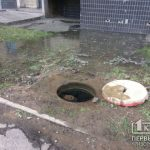 В Кривом Роге спасатели повредили гидрант и вода затопила улицу и подвал дома
