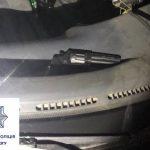 Ночью в Кривом Роге рядом с автомобилем, на котором лежало оружие, задержали мужчин