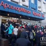 Сотрудники АрселорМиттал Кривой Рог стоят в тысячных очередях за пропусками в общественный транспорт, — свидетели