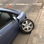 В Кривом Роге на светофоре водитель въехал в бордюр и повредил колесо