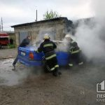 В Желтых Водах спасатели потушили пылающий автомобиль
