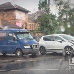 В Кривом Роге столкнулись легковушка и микроавтобус