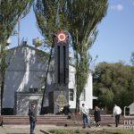 День Победы во время карантина: криворожане несут цветы к памятникам павшим солдатам во Второй мировой войне