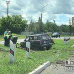 В Кривом Роге ВАЗ выкинуло с дороги на рельсы