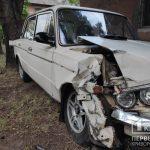 В Кривом Роге ВАЗ сбил женщину с ребенком, которые переходили дорогу в неположенном месте