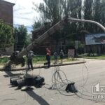 В Кривом Роге столб со светофором рухнул на проезжую часть