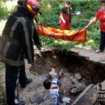 У центрі Кривого Рогу жінка впала в яму, яка утворилась через обвал грунту і зламала ногу