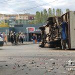 В Кривом Роге столкнулись микроавтобус и легковушка — бус перевернулся на бок